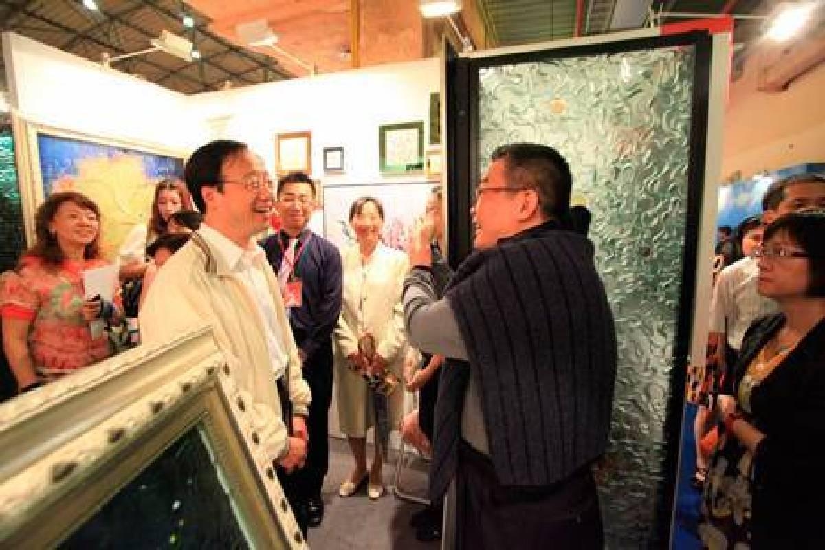 內政部長江宜樺(左)蒞臨台北新藝術博覽會,與藝術總監李善單相見歡