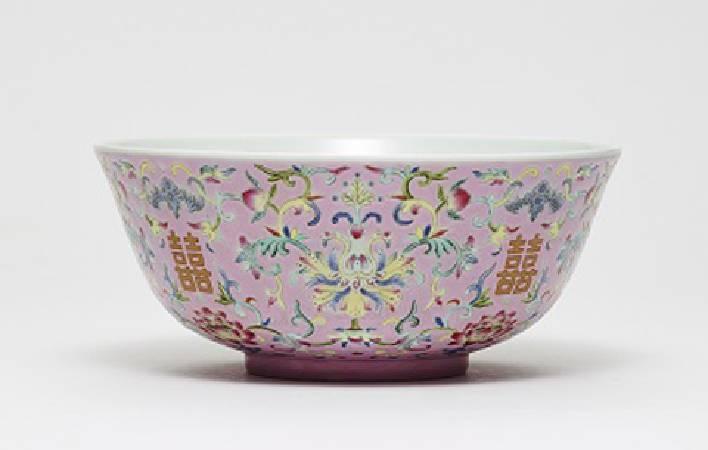 粉彩囍字蝠桃纏枝花卉紋碗。
