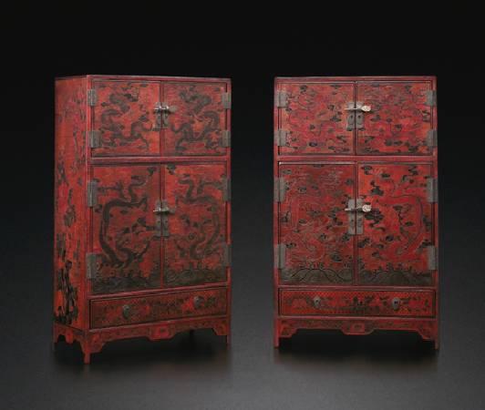 《17世紀 填漆戧金龍紋多寶格櫃一對》。