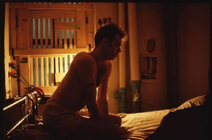 南‧戈丁,《Brian on my bed with bars》。圖/擷取自網路。