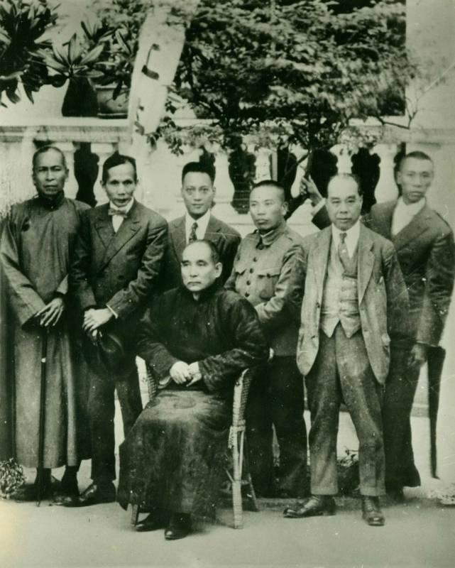 孫中山與李仙根等在廣州陸海軍大元帥府合影