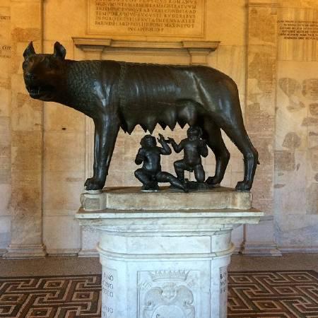青銅母狼餵養羅慕路斯與雷穆斯。圖/取自Musei Capitolini