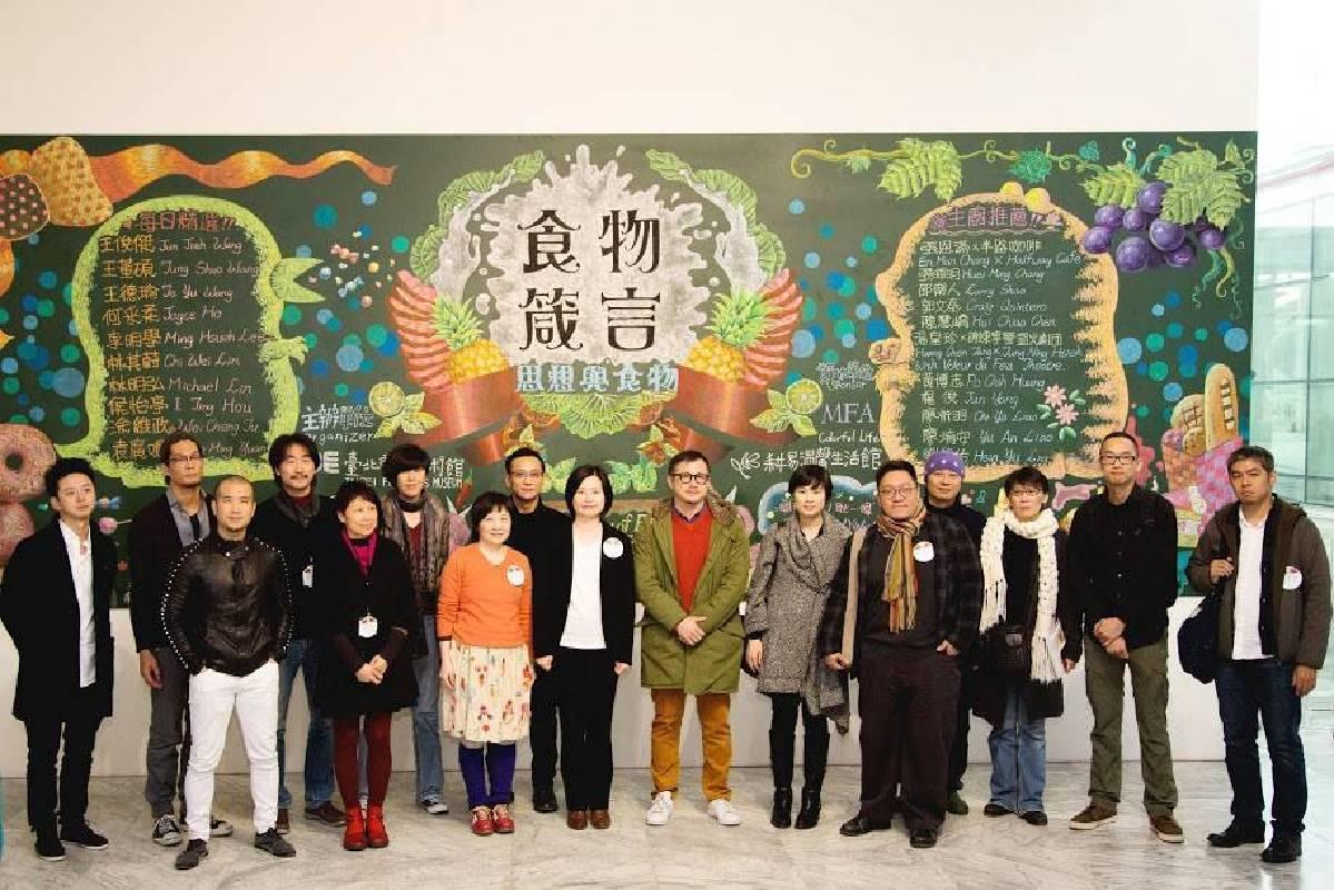 北美館代理館長蔣雨芳、策展人蕭淑文及參展藝術家合照
