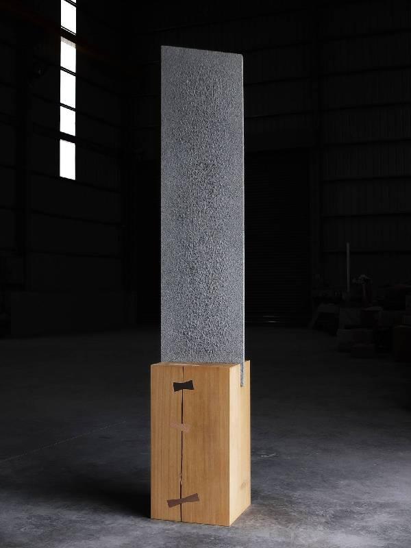 侯連秦-一本書 45x32xh192cm 花崗岩、烏心石木2014