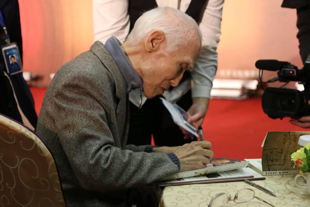 名詩人余光中從事文學創作超過半個世紀,涵納中西,自成大家,在華語文學界享富盛名。.