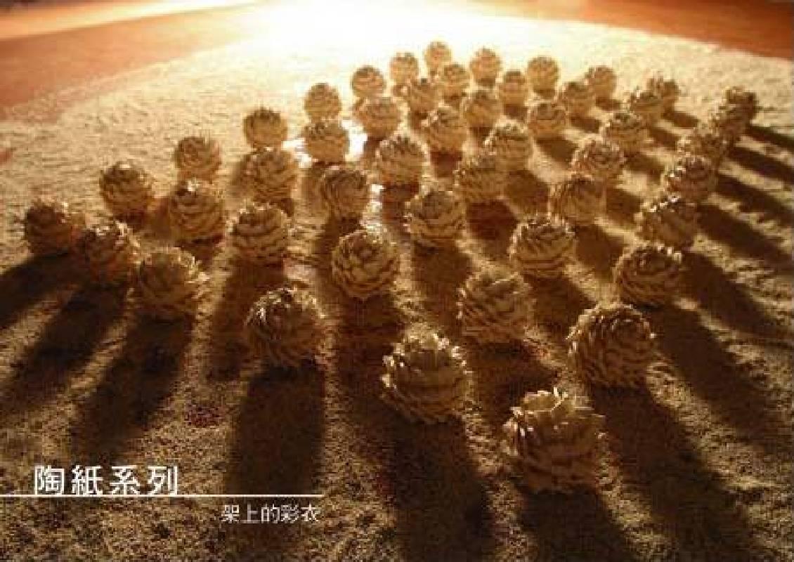 架上的彩衣,林昶戎,1.5x1.5M,陶瓷,2008
