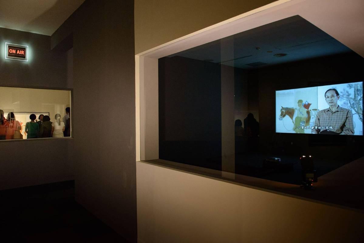 高美館「典藏奇遇記:藝享天開詩與樂」展覽計劃拍攝製作,詩人們朗誦以高美館典藏品為素材所創作之詩作影音於展場放映一隅。