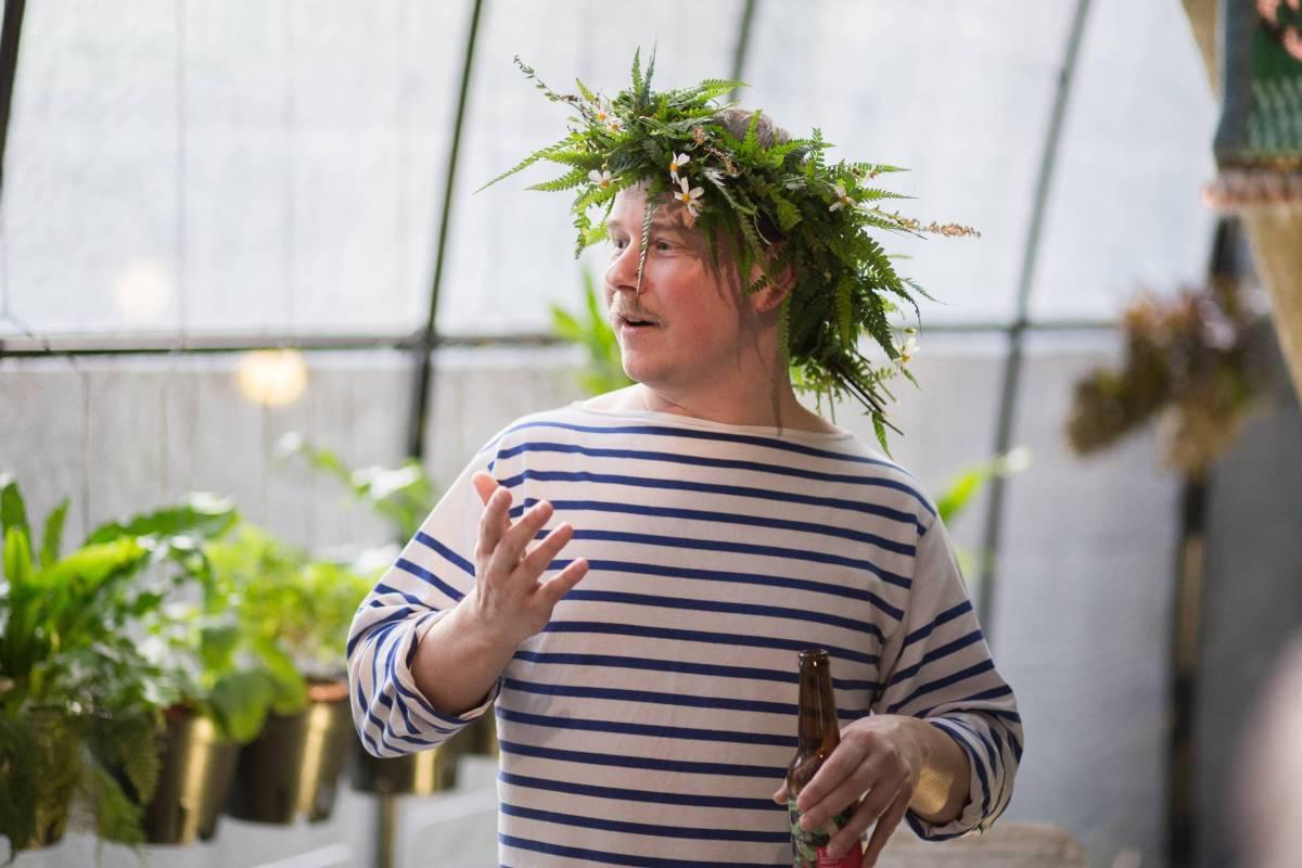 開幕晚會,Kustaa 被獻上花圈。