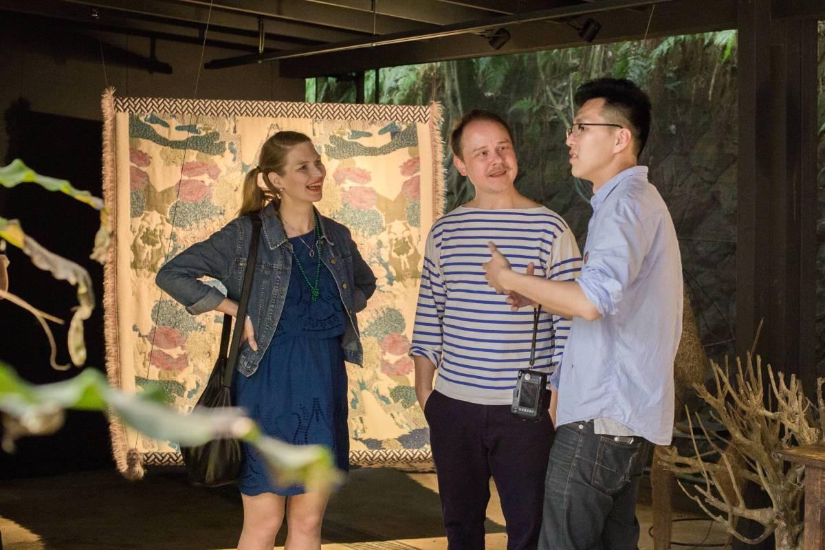 由右至左,草字頭黃偉倫、藝術家Kustaa Saksi 及一同來台的 Suvi Savola