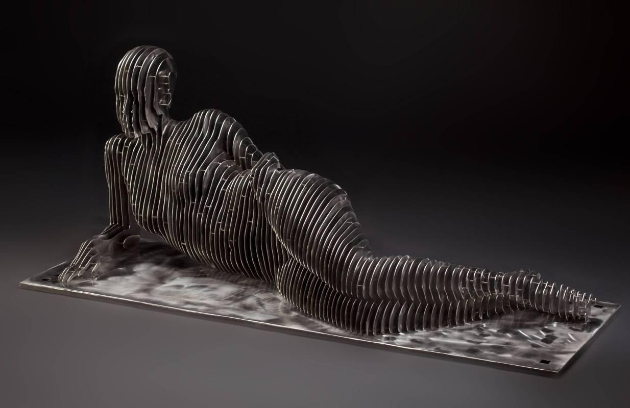 Julian Voss-Andreae《Reclining Woman》不銹鋼雕塑_140x53x58cm