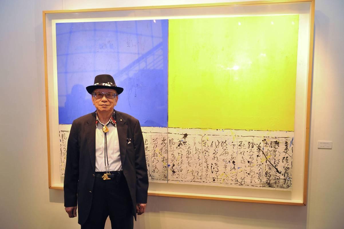 畫家陳正雄與作品《數位空間系列之一》合影