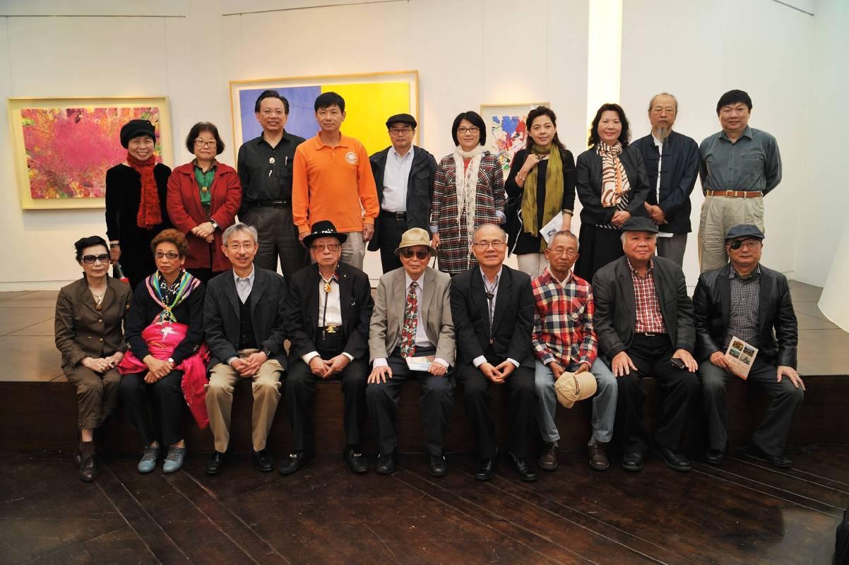 陳正雄畫展開幕式來賓與畫家合影