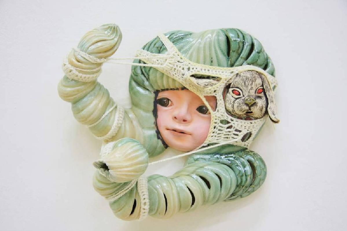 楊宗嘉【雙辮子的拉扯】陶瓷雕塑、毛線 42x39x20cm