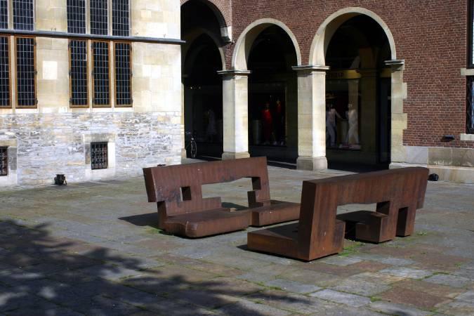 西班牙當代雕塑家奇利達《寬容透過對話》。圖取自Wikipedia。