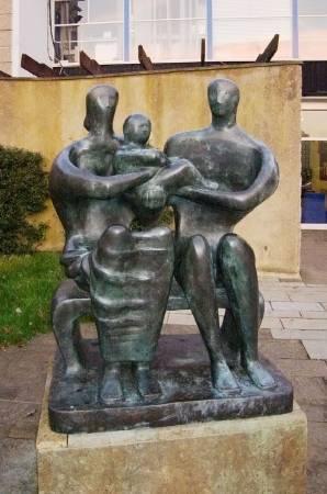 亨利‧摩爾,《家庭群像》(Family Grown),1949。圖/取自wikimedia。