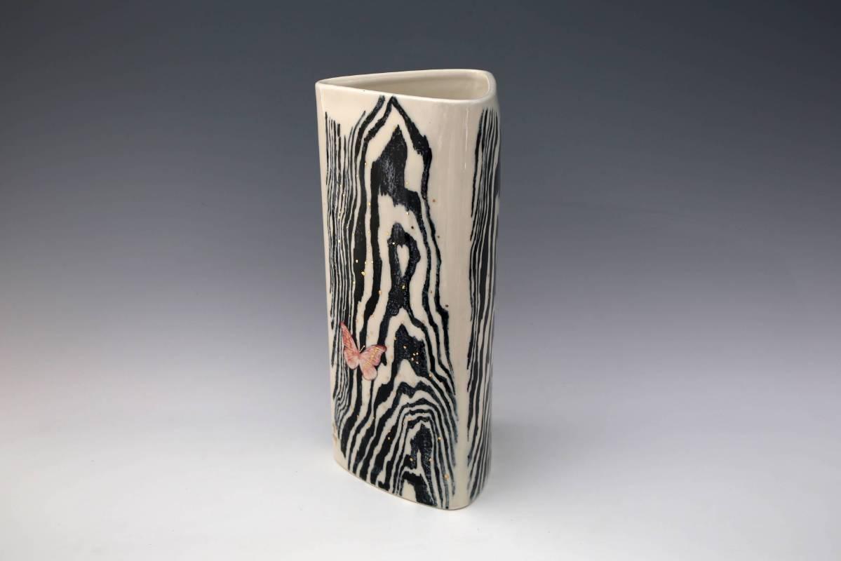 林雪卿 《飛越三角瓶》 2015 高37 公分  彩瓷
