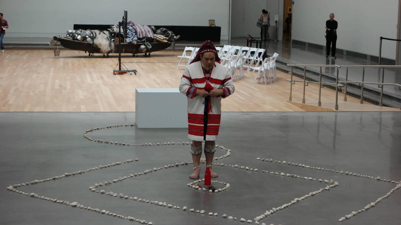 藝術家東冬.侯溫於紐約皇后博物館現場演出