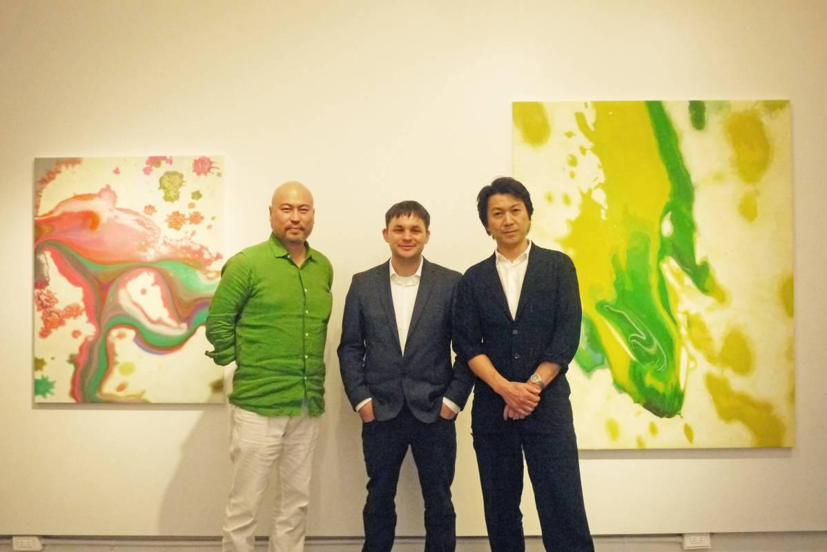 (左) Mori Yu畫廊負責人(左)、藝術家Felix Rehfeld (中)與五十嵐英之(右)