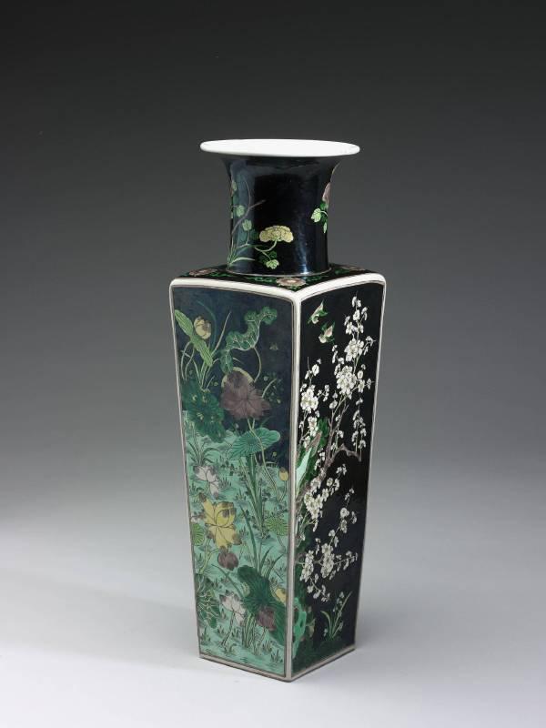 清康熙 墨地素三彩四季花鳥瓷方瓶