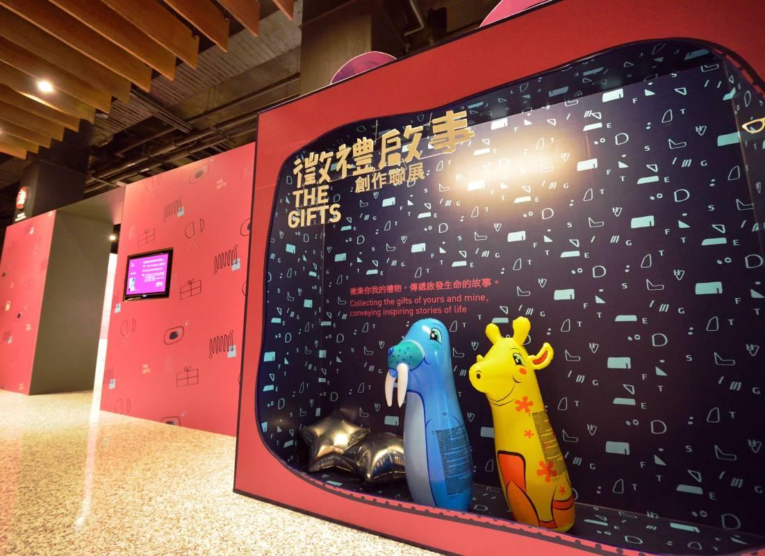 在2015年最後一季,紅頂榖創推出「徵禮啟事 創作聯展(THE GIFTS)」,15位藝術家循序漸進地傳達「給予祝福─接受禮物─回禮」行為中的情感故事,帶給觀者充滿幸福感的視覺饗宴。