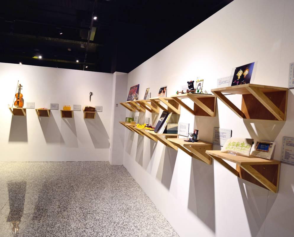 「給未來的禮物」展區募集人們曾收過的珍貴禮物與故事,當重新在展場中見到禮物時,過往的回憶便一一湧現,歷歷在目。