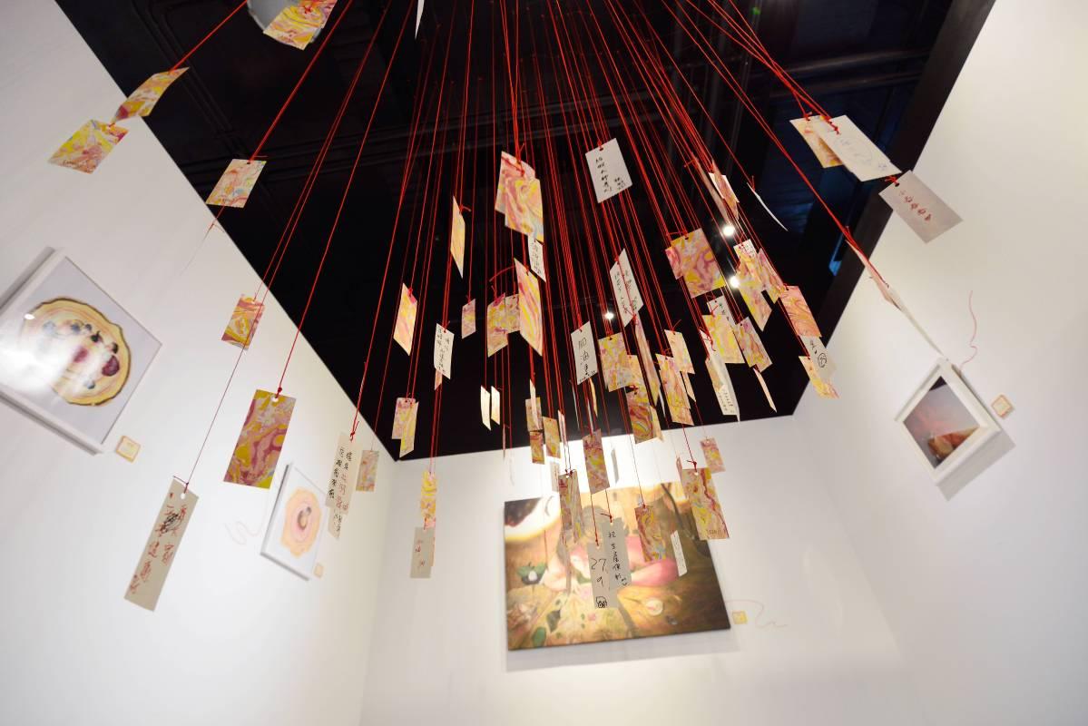藝術家Doris Fable認為「祝福」是一條條紅絲線,將心意串聯起來,並且能夠無限延續下去。展覽中Doris策劃了小小活動,歡迎民眾一起互動。