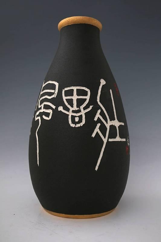 蕭世瓊 《書法雕刻描金造型瓶》 2015  高49公分