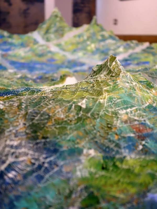 某個世界的開端—無垠 2014 松木、日本画顔料、岩彩、壓克力  270 x110 x40 cm