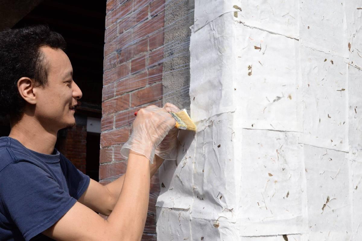 藝術家戴翰泓在剝皮寮老街創作【紙皮青衣】裝置藝術