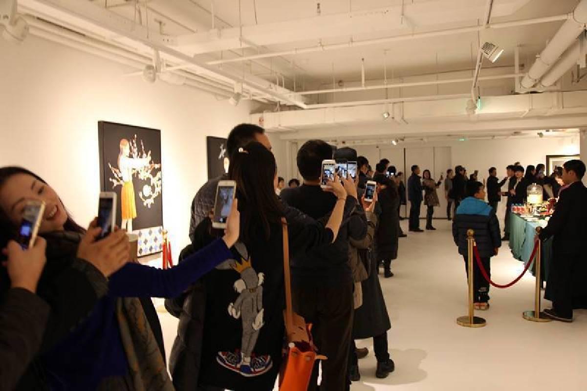 展覽在策展人萬軍先生發起的觀眾手機拍攝的互動行為中正式開幕