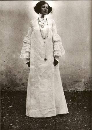 艾米麗設計的服裝。