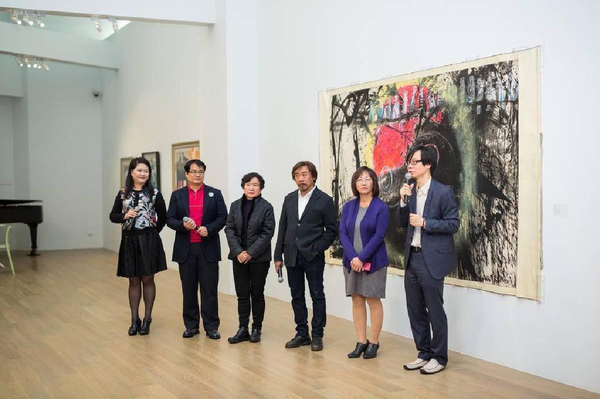 左至右:尊彩藝術中心總經理陳菁螢、尊彩藝術中心負責人余彥良、藝術家李重重、藝術家莊普、楚戈基金會陶幼春執行長、策展人白適銘