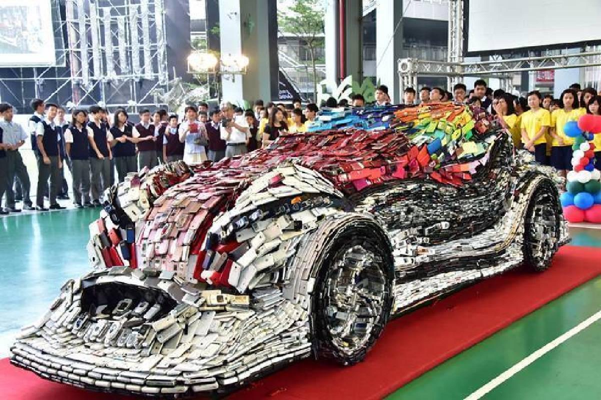 旅美藝術家林世寶2.6萬支回收手機做成的「F1讚車」