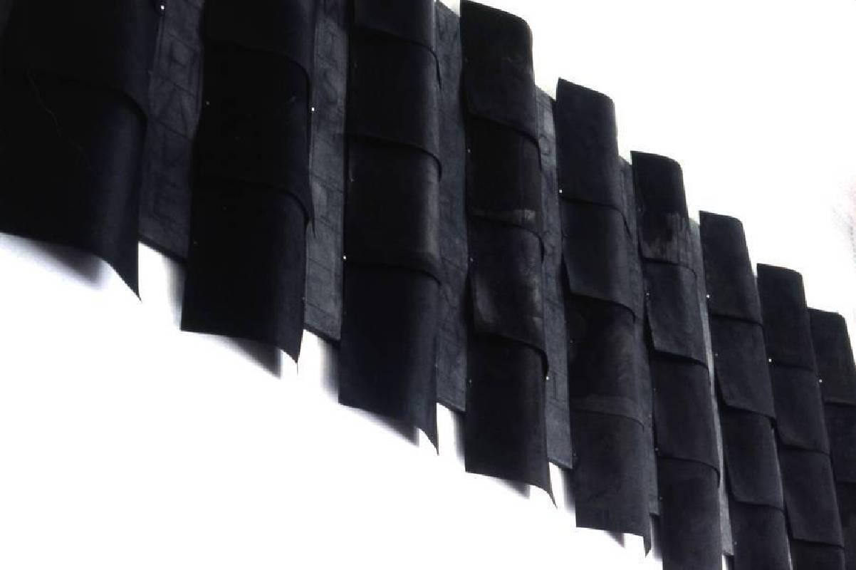 林延,致北京 #1─兒歌,1996,複合媒材、不鏽鋼 / 紙,116.84 × 365.8 cm