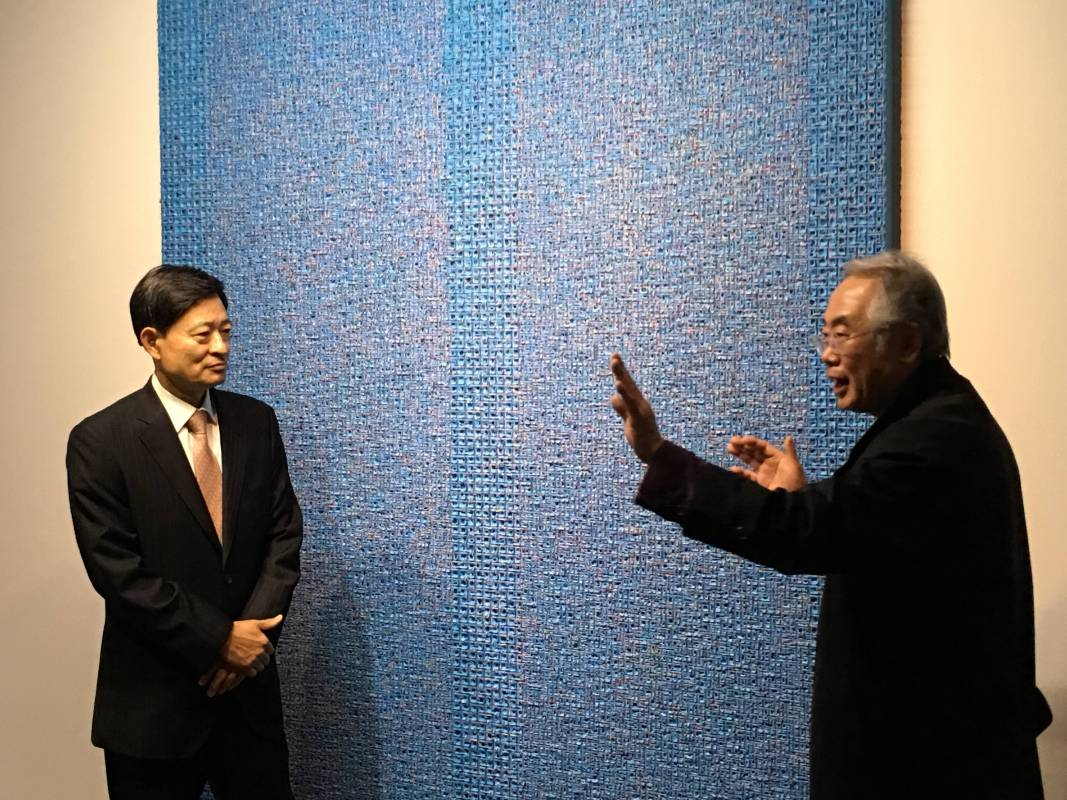 韓國大使趙百相參訪,藝術家金泰浩作品解說