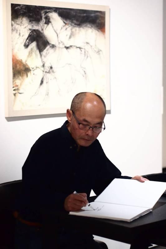 藝術家梁兆熙為貴賓簽書