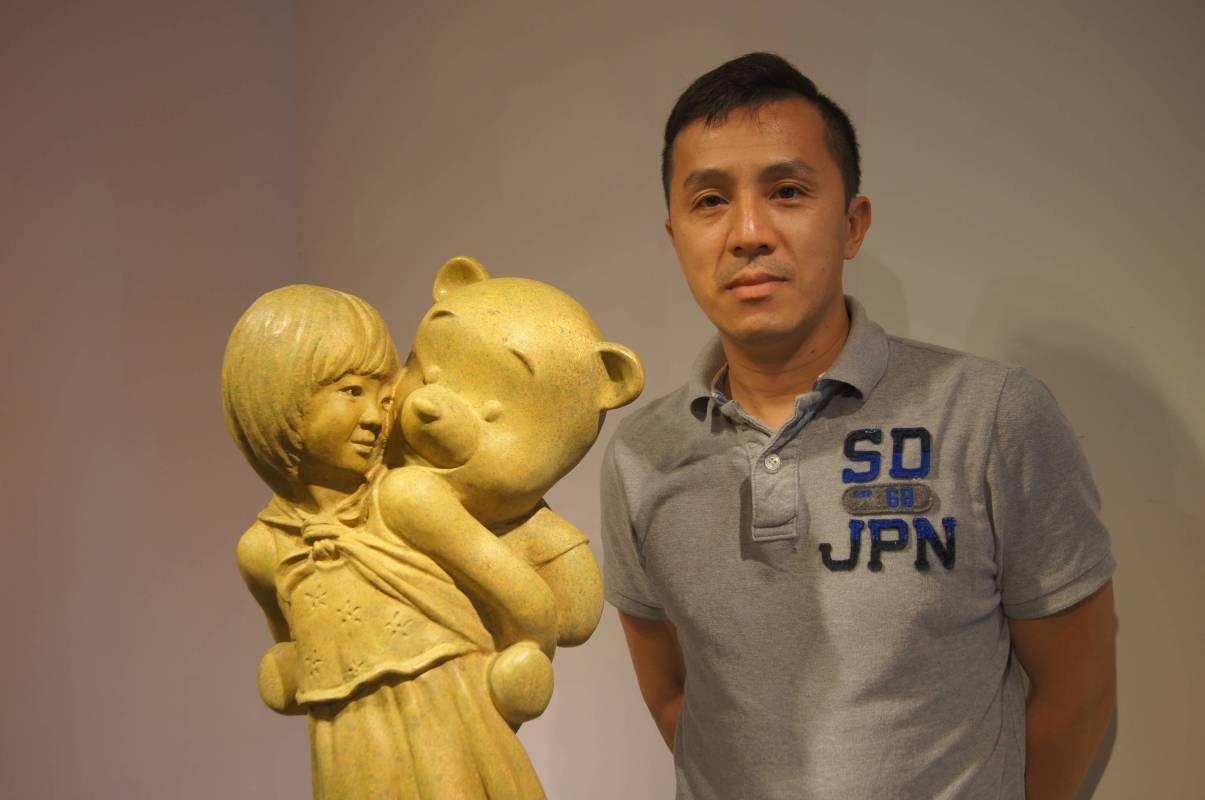 藝術家王志文與其最新作品《熊抱》銅