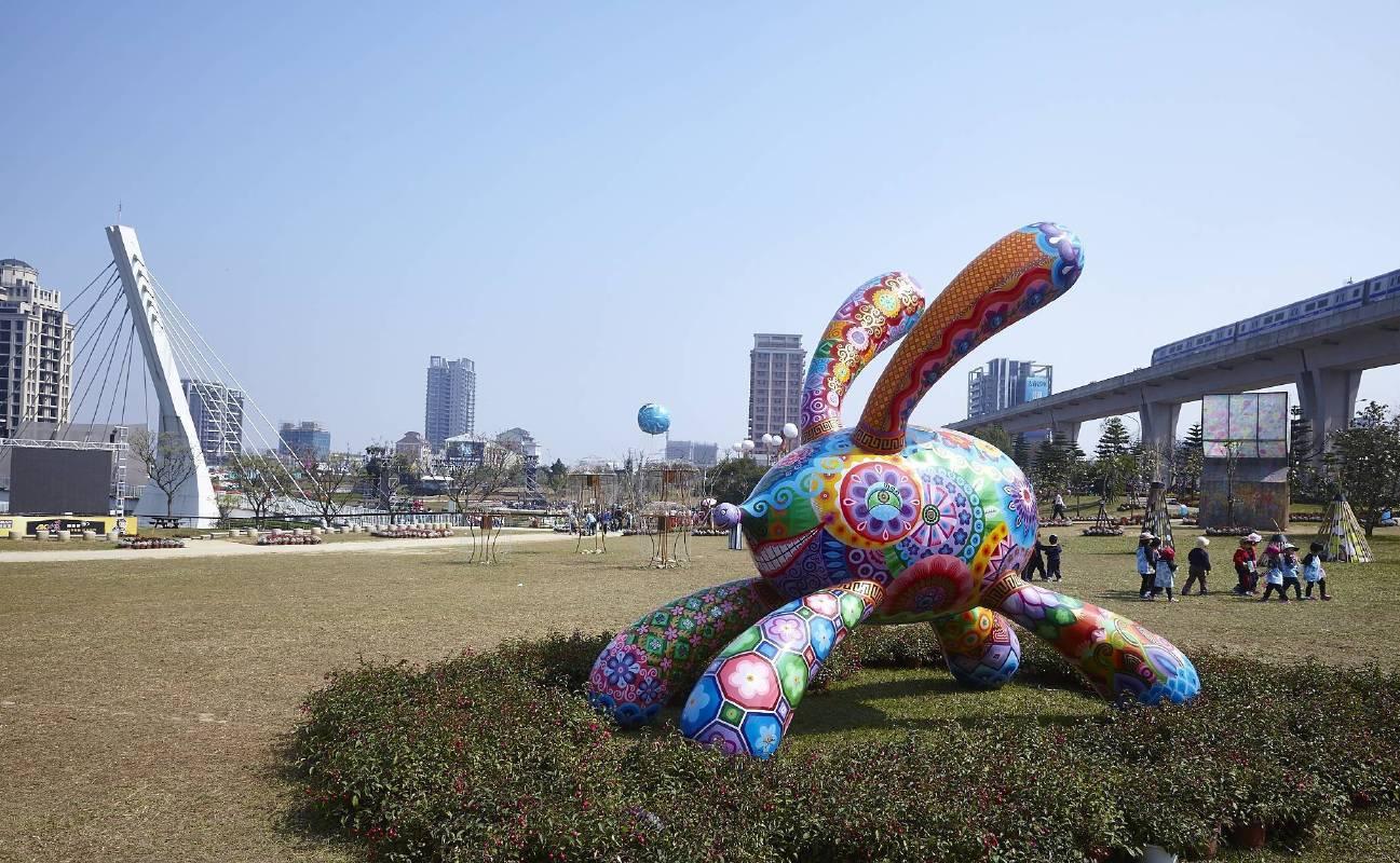 桃園燈會青塘園/洪易作品「奔跑兔」(380x210x332cm)活潑生動