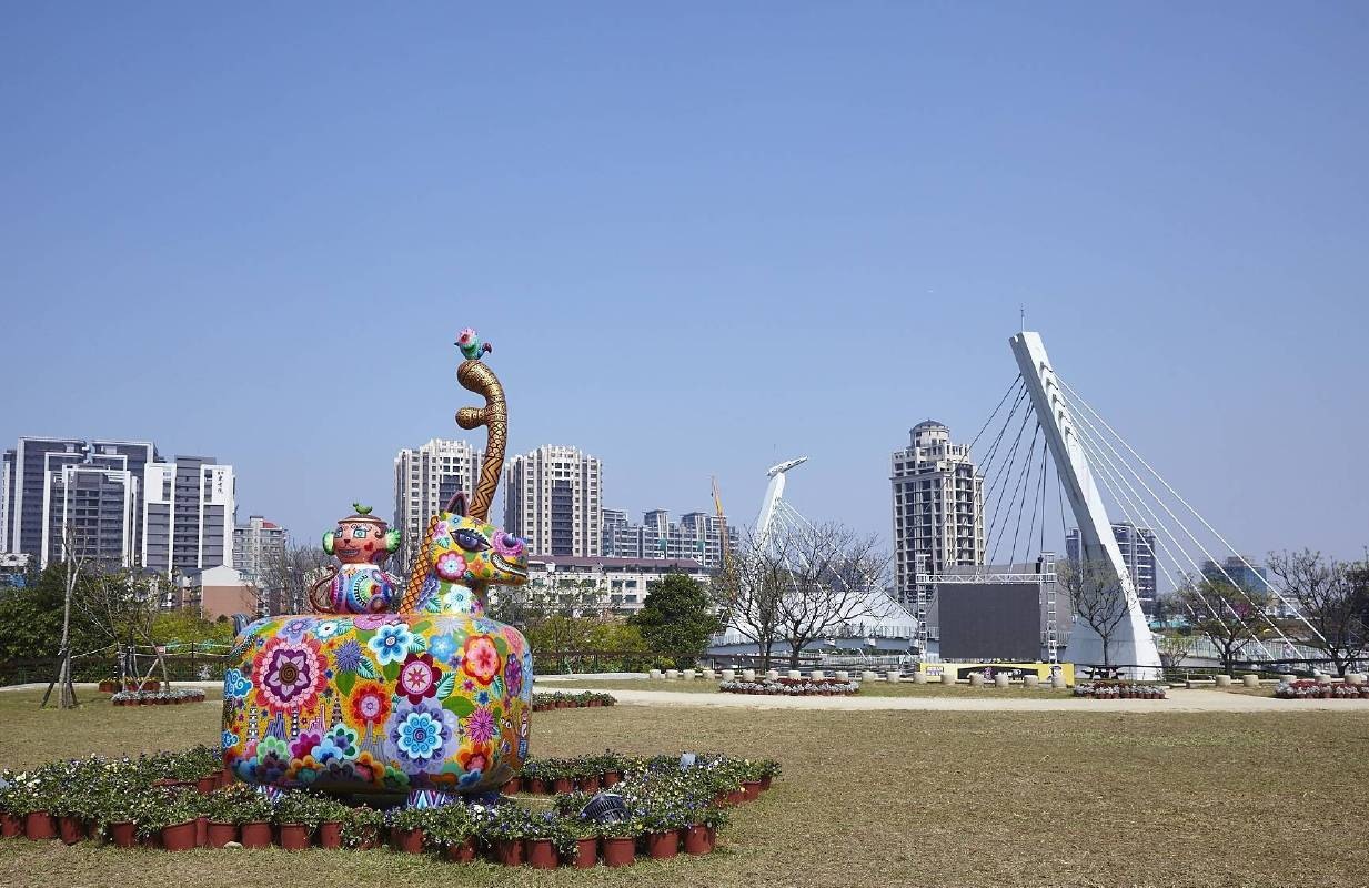 桃園燈會青塘園生態綠地與洪易「馬上封侯」(214x113x350cm),相互呼應