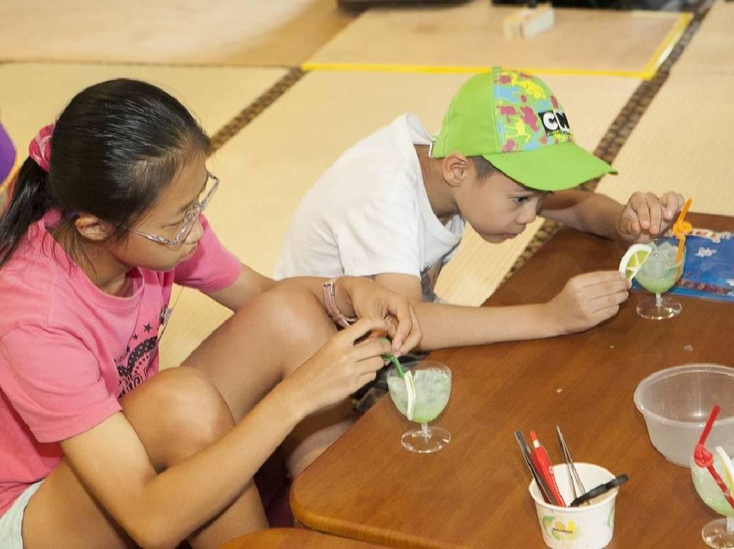 「藝術手工皂DIY:清涼一夏」高腳杯搭配檸檬片與造型吸管,成品讓小朋友好想吃一口。