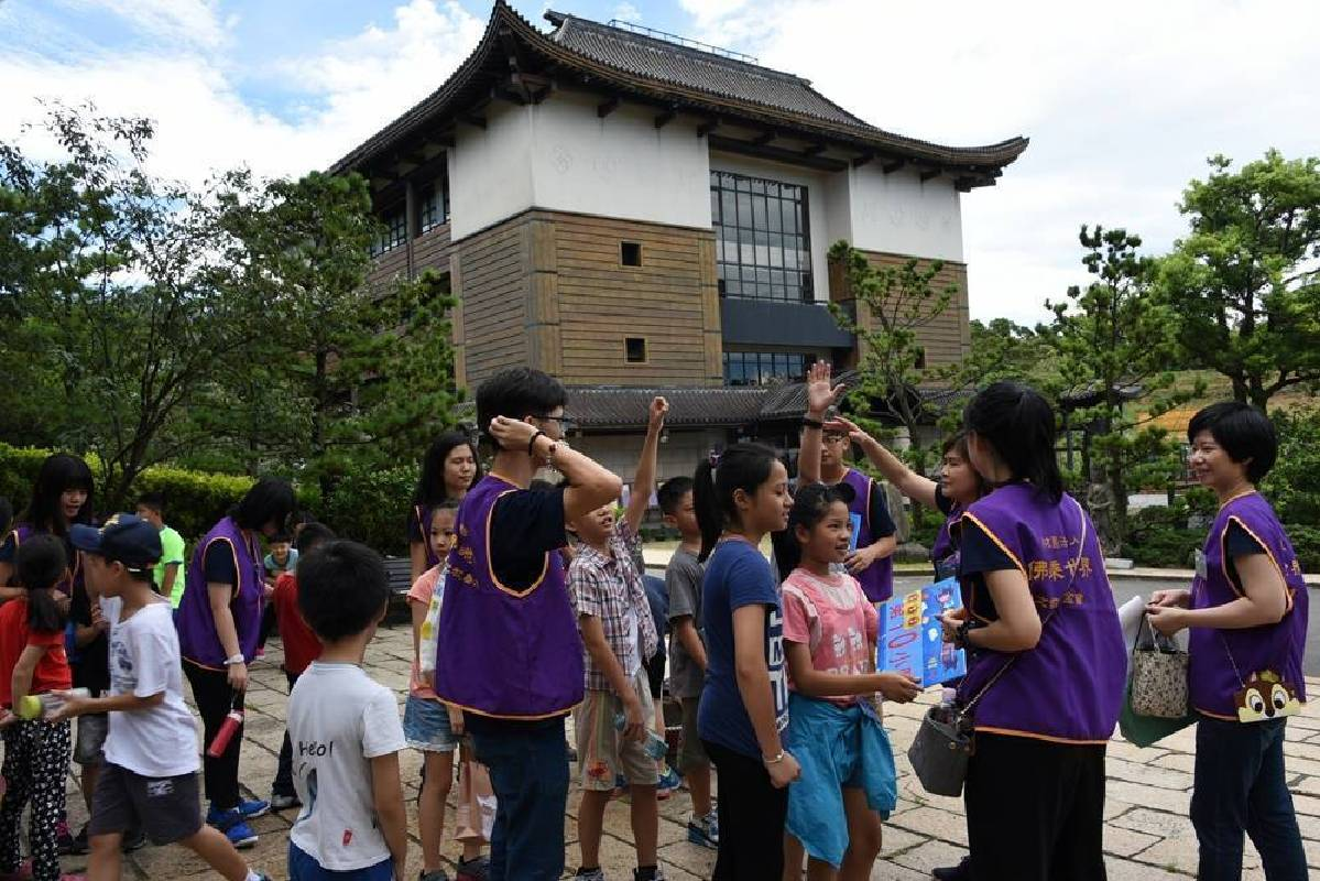小朋友認真聆聽故事,關主提問時,每位小朋友都踴躍舉手搶答,希望能為團體拿下點數。
