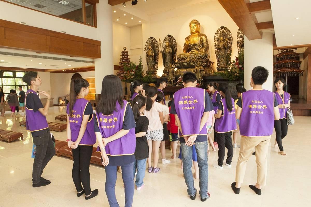小朋友們在大廳裡虔誠的向大自在王佛問訊。