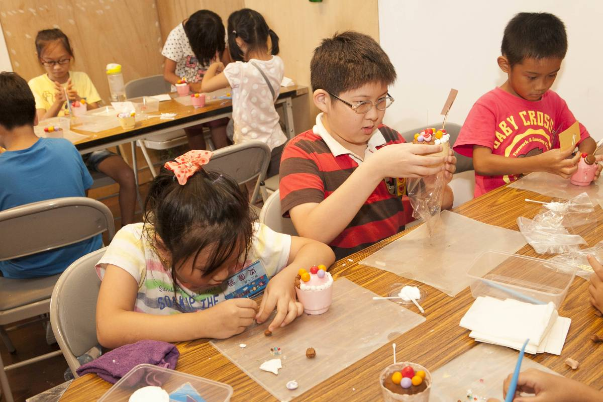 老師細心的講解及信心喊話後,芒果、草莓口味夏日聖代作品紛紛完成,還有加料超大棒棒糖加法式馬卡龍。