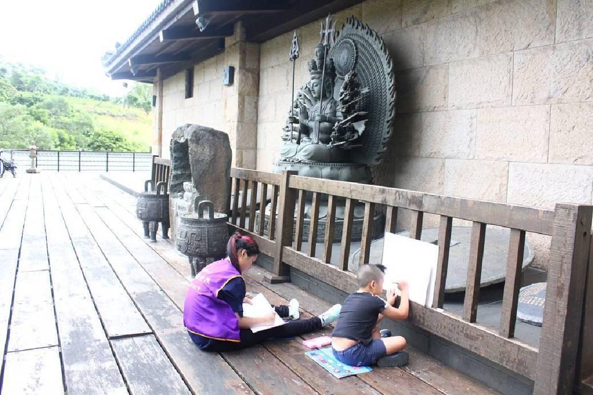 千手千眼觀音菩薩的故事讓孩子們印象深刻,在下午寫生繪畫活動時,小朋友頂著大太陽揮汗繪出菩薩慈悲的畫像。