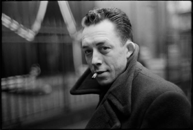 布列松,《法國作家卡謬,巴黎》,1944年。圖/取自flickr。