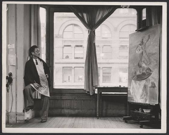 國吉康雄在紐約的工作室內作畫。
