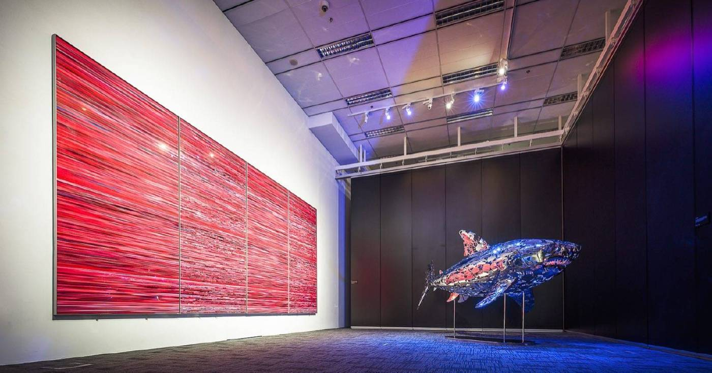 圖左: 王國鋒 作品/ Wang Guofeng's Work 「殤」Shiver  圖右:鄒亮 雕塑作品/ Zou Liang's sculpture Work 「暢遊」Swimming