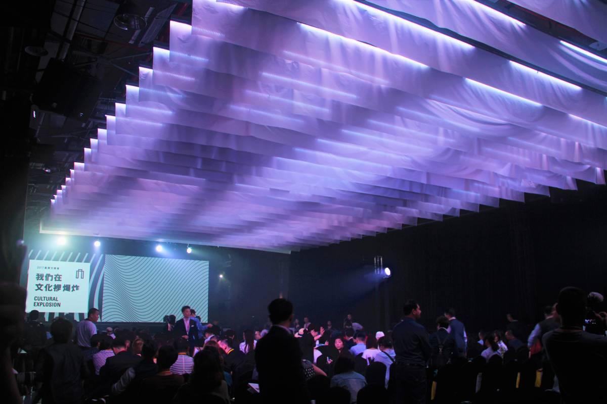 同是文博會的開幕活動,於華山Legacy場地中,使用燈光和薄纖紙的搭配效果。(圖片=樹火)