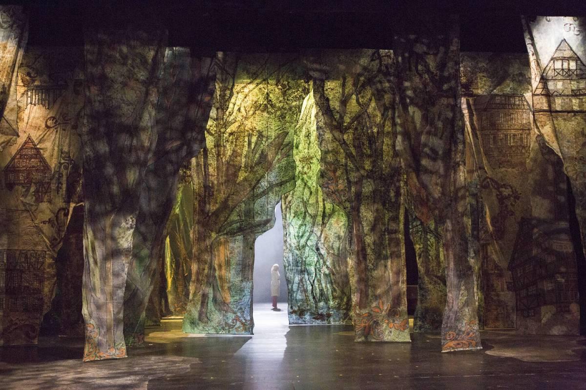 2016北藝戲劇學院秋季公演《谷德,搖搖搖》,由房國彥老師帶領團隊利用薄纖紙創作大型舞台設計。(圖片提供=房國彥)