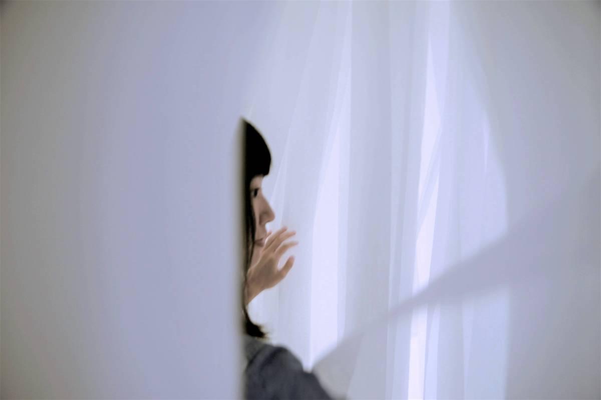 2017樹火紀念紙博物館特展《紙感‧空白一片》,運用上千條雲絲紙、也輕紙,創造紙林般的白色空間。(圖片=樹火)